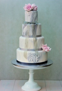 marble_effect_with_pink_roses_wedding_cake