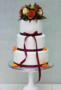 red_ribbon_bouquet_wedding_cake